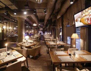 Carteles y rótulos luminosos en restaurantes